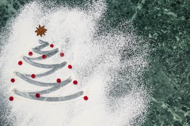 Árvore de natal com farinha, frutas e anis estrelado como decoração - assar caseira Foto Premium