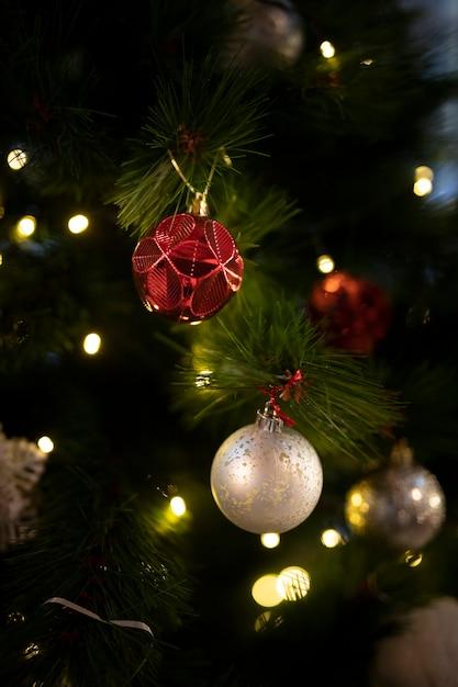 Árvore de natal de close-up com bolas Foto gratuita