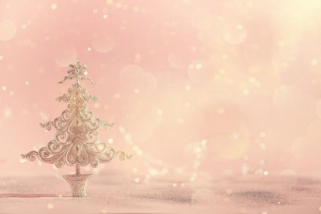Árvore de natal de prata do glitter no fundo cor-de-rosa com bokeh das luzes, espaço da cópia. Foto Premium