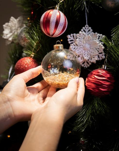 Árvore de natal decorada com globos Foto gratuita