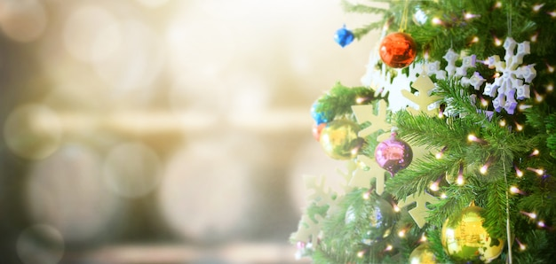 Árvore de natal decorada no fundo desfocado Foto Premium