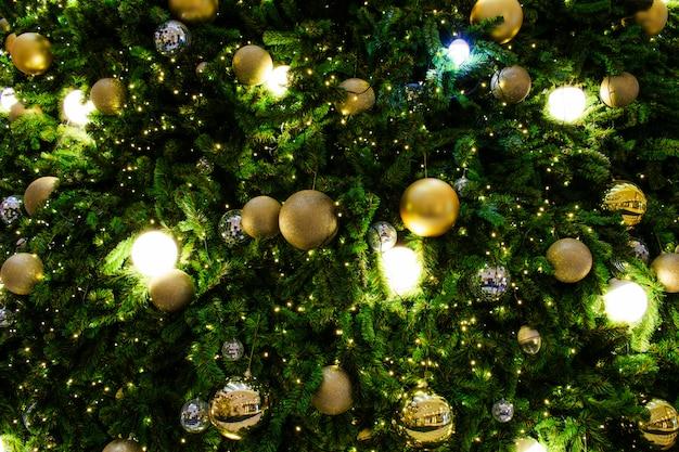 Árvore de natal decorada no tema prata e ouro. Foto Premium