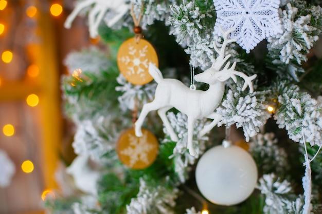 Árvore de natal decorativa verde com figura de veado Foto Premium