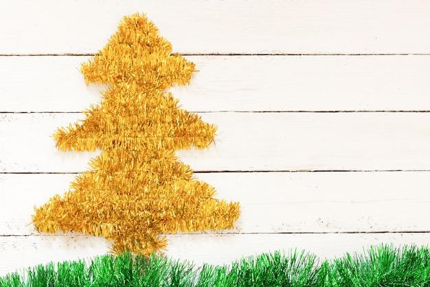 Árvore de natal dourada na parede branca Foto Premium