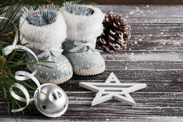 Árvore de natal e botas de prata Foto Premium