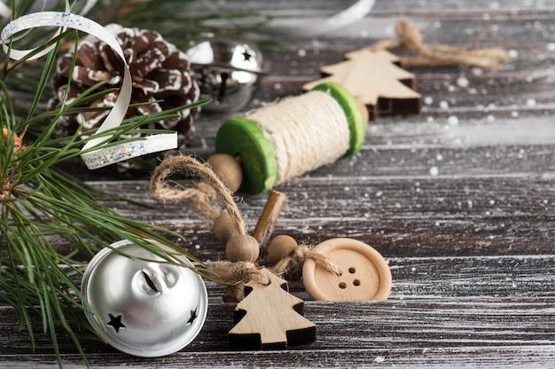 Árvore de natal e decoração prateada Foto Premium
