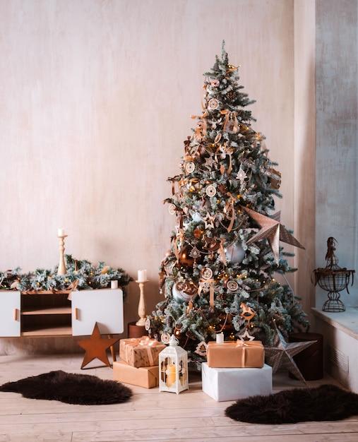 Árvore de natal festivamente decorada. Foto Premium