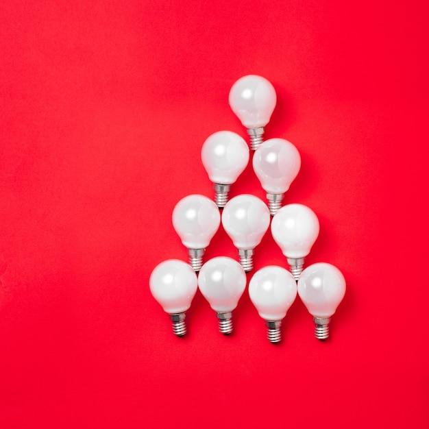 Árvore feita de lâmpadas Foto gratuita