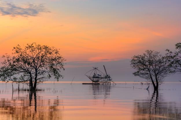 Árvores de mangue no lago com rede de mergulho quadrado no nascer do sol na aldeia de pakpra, phatthalung, tailândia Foto Premium
