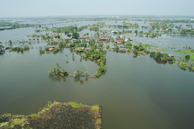 As águas da enchente ultrapassam uma cidade na forma de tailândia acima da vista Foto Premium