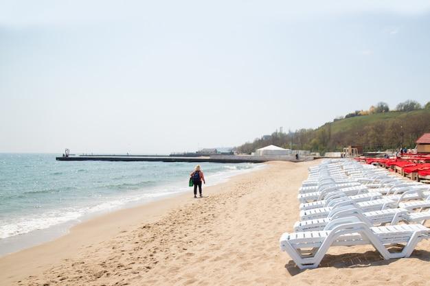 As cadeiras de praia na areia branca encalham em odessa, ucrânia. mar negro Foto Premium