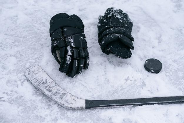 As coisas são um jogador de hóquei no gelo Foto Premium