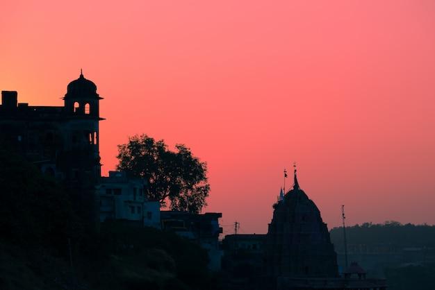 As construções mostram em silhueta no por do sol na índia. Foto Premium