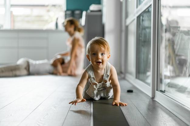 As crianças brincam na casa, atmosfera caseira. irmãos passam tempo juntos. Foto gratuita