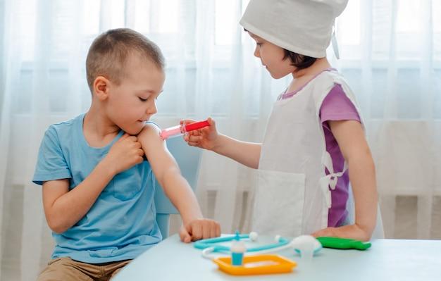 As crianças brincam no hospital. Foto Premium