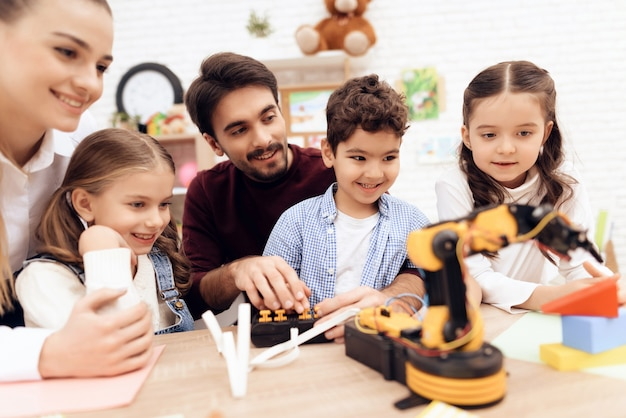 As crianças estão olhando para o robô. Foto Premium