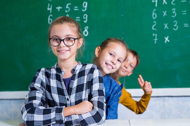 As crianças fazem matemática na escola primária. Foto Premium