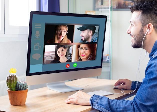 As famílias que se comunicam remotamente por videoconferência podem ser vistas na tela de um laptop. fazendo chamadas de vídeo, desfrute de comunicação virtual Foto Premium
