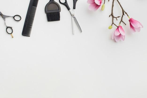 As ferramentas e as flores do cabelo copiam o espaço Foto Premium