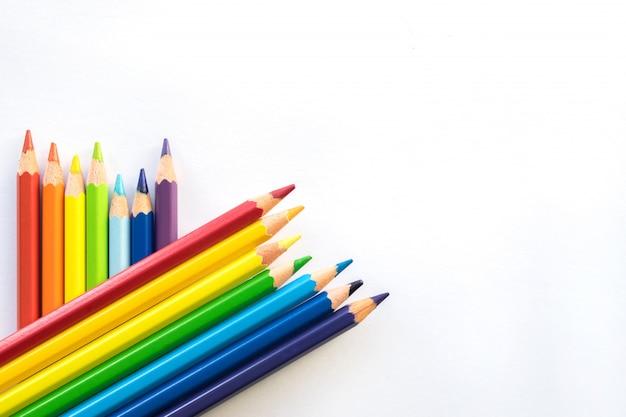 As fileiras da cor escrevem no fundo do livro branco, espaço da cópia. material de escritório, de volta à escola. Foto Premium