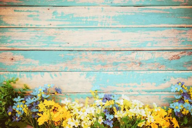 As flores florescem no fundo de madeira do vintage, projeto do quadro da beira. tom da cor do vintage - flor do conceito da mola ou do fundo do verão Foto Premium