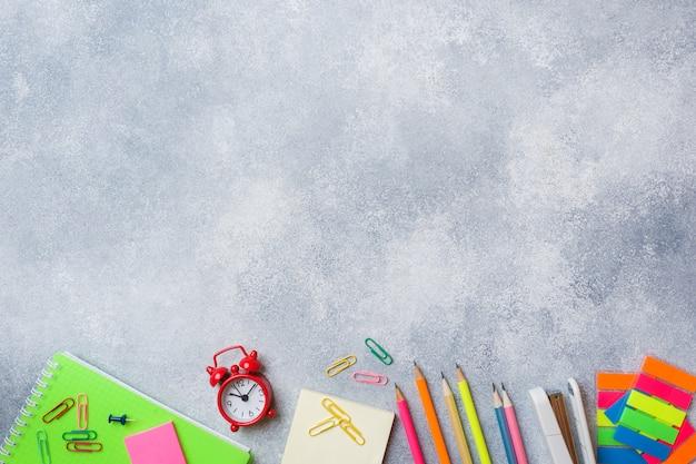 As fontes de escola, cadernos escrevem no fundo cinzento com espaço da cópia. Foto Premium