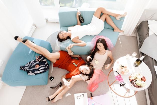 As garotas se divertem muito na despedida de solteira. Foto Premium