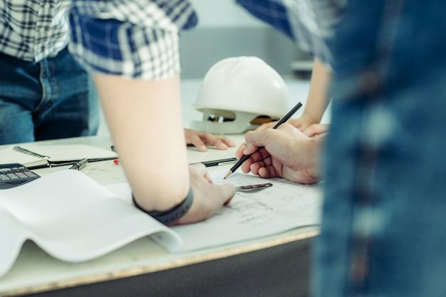 As horas de trabalho ocupadas dos engenheiros. Foto Premium