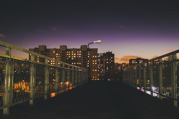 As luzes da cidade da noite. casas altas à noite. Foto Premium