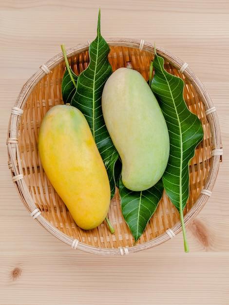 As manga tailandesas tradicionais orgânicas frescas estabelecem-se na tabela de madeira. Foto Premium
