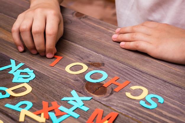 As mãos das crianças compõem a palavra Foto Premium