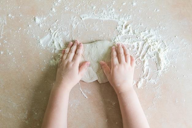 As mãos das crianças fazem massa Foto Premium