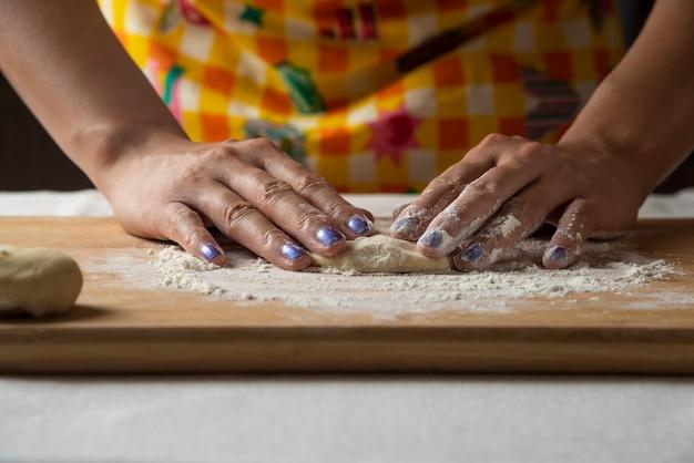 As mãos das mulheres fazem massa para o prato gutab do azerbaijão. Foto gratuita
