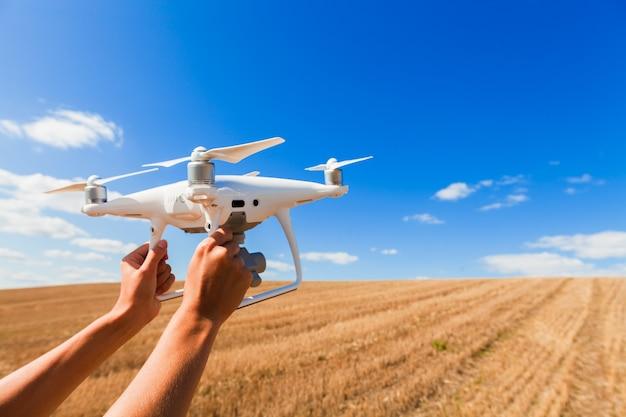 As mãos de mulher drone e fotógrafo Foto Premium