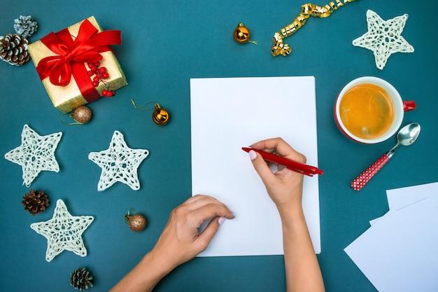 As mãos do famale com decorações de natal. Foto gratuita