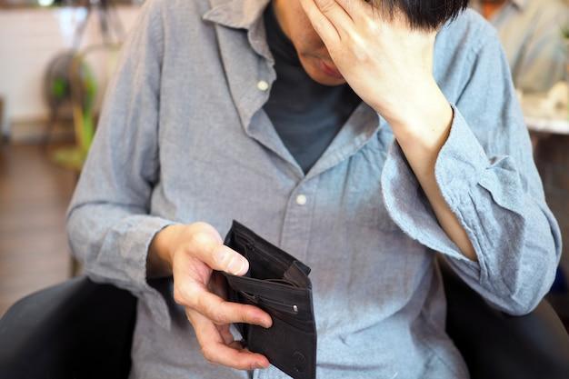 As mãos do homem abrem bolsa vazia, pobreza, dívida e falência no pagamento de contas e cartões de crédito Foto Premium