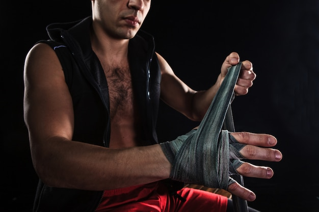 As mãos do homem musculoso com bandagem Foto gratuita