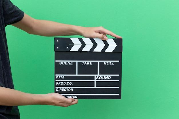 As mãos tomam a ação do filme do equipamento da ardósia da placa de válvula do filme para shouting o filme. Foto Premium