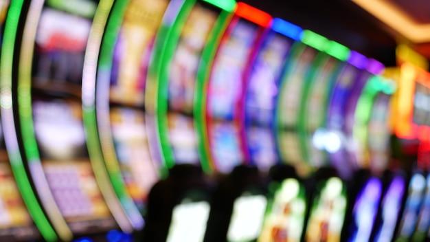 As máquinas caça-níqueis brilham em um cassino na las vegas strip, Foto Premium