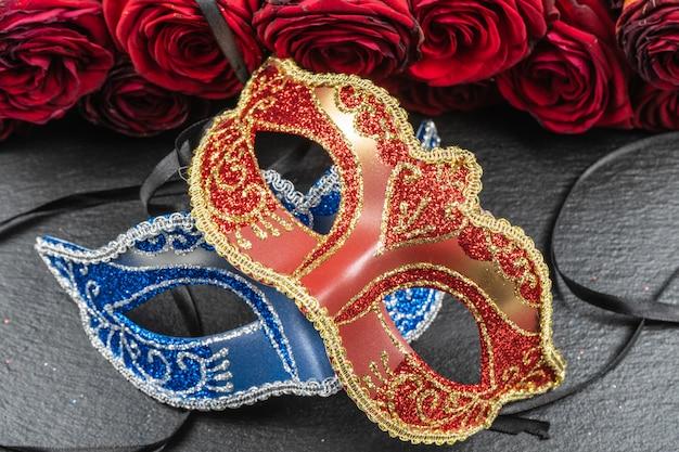 As máscaras colombinas, vermelhas, carnavalescas ou máscaras de máscaras Foto Premium