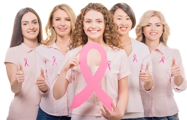 As meninas estão segurando um grande sinal de câncer. Foto Premium