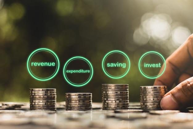 As moedas são empilhadas em quatro lados e possuem a tecnologia de ícones na parte superior, quatro conceitos de prata. Foto Premium