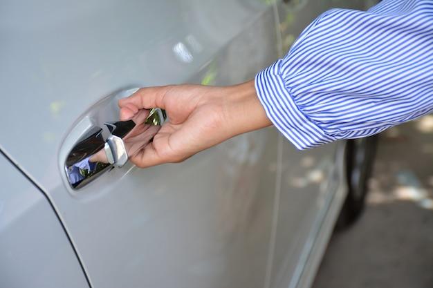 As mulheres abrem as portas do carro Foto Premium