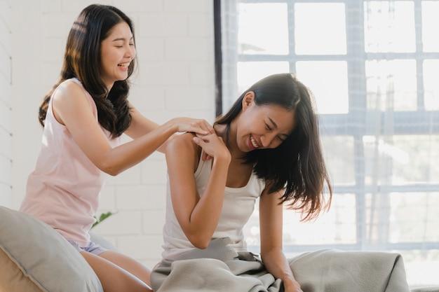 As mulheres asiáticas do lgbtq da lésbica acoplam-se massagens em casa. Foto gratuita