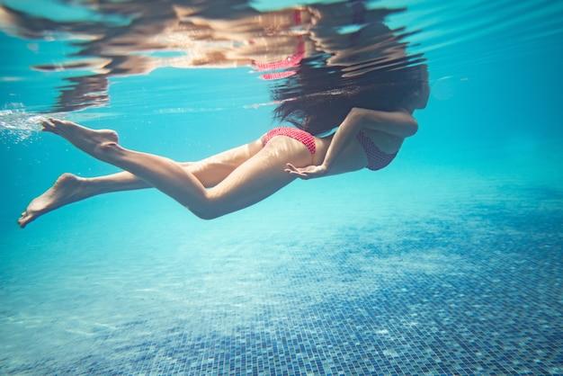 As mulheres asiáticas estão mergulhando na piscina. Foto Premium