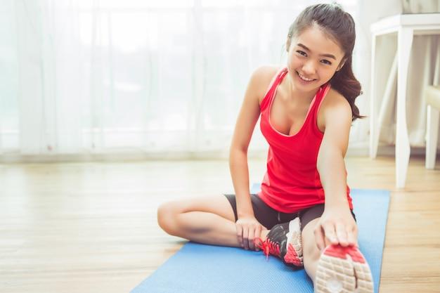As mulheres asiáticas estão se exercitando em casa Foto Premium