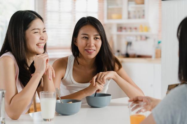 As mulheres asiáticas tomam café da manhã em casa Foto gratuita