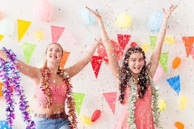 As mulheres bonitas novas comemoram a festa natalícia e a dança. Foto Premium