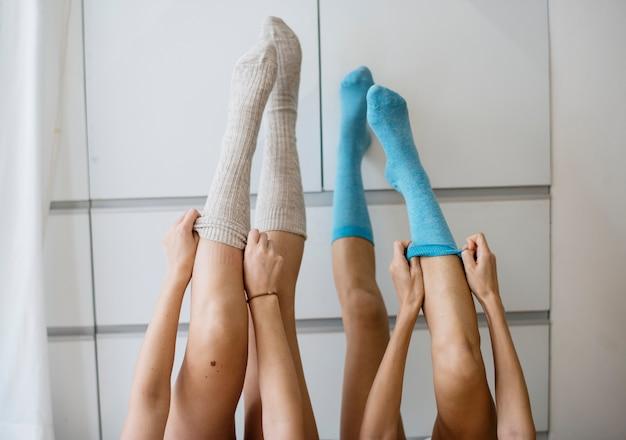 As mulheres colocam as pernas na parede Foto gratuita