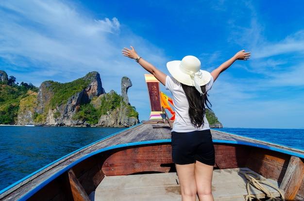 As mulheres de koh kai estão contentes no barco de madeira krabi tailândia Foto Premium